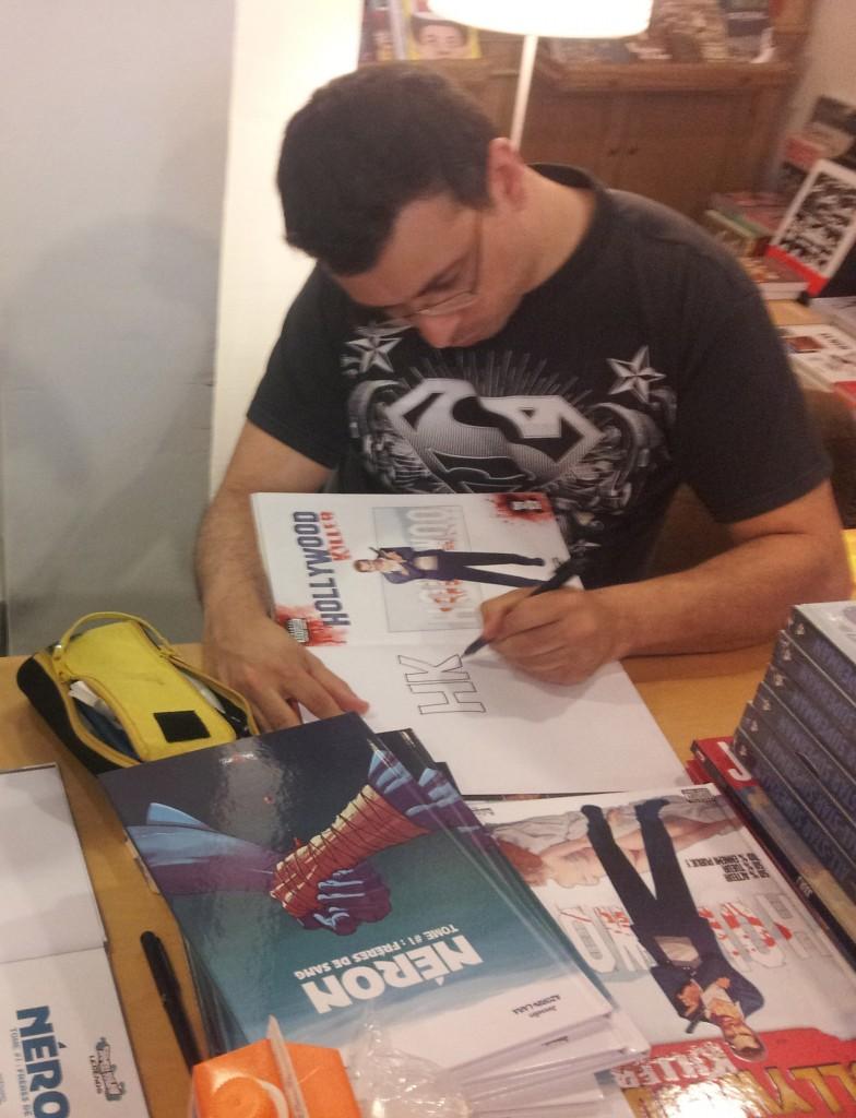 Fabrice Sapolsky en pleine séance de dédicace lors de la tournée du Gang des Requins - le 06 juin 2013 chez Comics Records (75003)